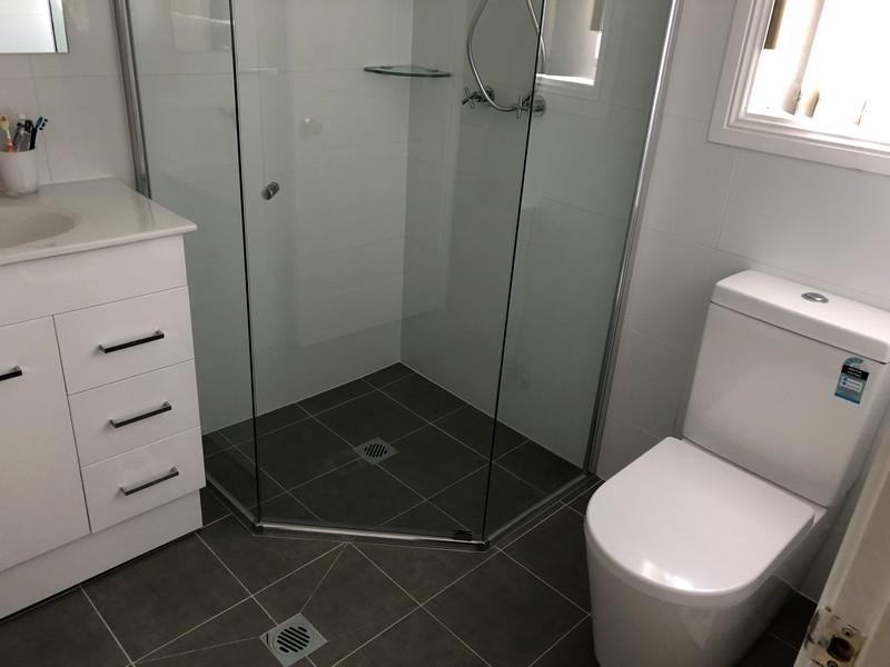 How to make a smaller bathroom look bigger